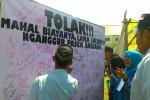 Aksi penggalangan tanda tangan mahasiswa IAIN Surakarta, Selasa (1/9/2015). (Septhia Ryanthie/JIBI/Solopos)