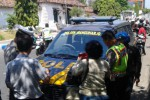 Petugas Polsek Manguharjo Polres Madiun Kota menggelar operasi di Jl. Ahmad Yani untuk mencegah pelanggaran lalu lintas kian marak, Selasa (1/9/2015). (Irawan Sapto Adhi/JIBI/Madiunpos.com )