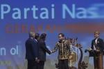Presiden Jokowi menjabat tangan Ketua Umum Partai Nasdem Surya Paloh. (JIBI/Antara/Rosa Panggabean)