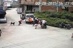 Rekaman CCTV saat seorang bayi  terjepit mobil. (Mailonline.com)