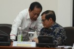 Seskab Pramono Anung berbisik dengan Kepala BIN Sutiyoso di sela-sela rapat terbatas, di kantor Kepresidenan, Jakarta, Senin (21/9/2015). (Istimewa)