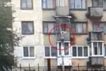 Si wanita kabur dari lantai tiga menggunakan tali darurat (Mirror.co.uk)