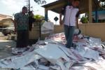 Anggota Panwaslu Boyolali menata ratusan alat peraga kampanye (APK) yang telah ditertibkan, Jumat (4/9/2015). (HIjriyah AL Wakhidah/JIBI/Solopos)