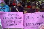 Sejumlah buruh mantan pekerja Pabrik Rokok Tajimas di Kecamatan Plosoklaten, Kabupaten Kediri, Jawa Timur berunjuk rasa di kantor DPRD setempat, Senin (28/9/2015). (JIBI/Solopos/Antara/Asmaul Chusna)