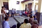 Warga Dusun Warak Lor, Desa Sumberadi, Kecamatan Mlati menunggu hasil keputusan pengunduran diri Kadus Suharjono di depan balai desa, Senin (31/8/2015). (JIBI/Harian Jogja/Bernadheta Dian Saraswati)