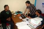 Anggota Tim Koordinator Hukum dan Advokasi Yuni-Dedy, Ujar Nuriyanto (kiri), menyampaikan laporan dugaan pelanggaran kampanye atas pemasangan baliho sosialisasi KB ke Panwaslu Sragen, Rabu (23/9/2015) sore. (JIBI/Solopos/Tri Rahayu)