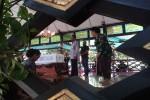 Sultan Hamengku Buwono X dan GKR Hemas saat melihat peti jenazah KRAy Nindyokirono, isteri HB IX di Bangsal Manis, Komplek Kraton, Kamis (3/9/201). (Harian Jogja/Ujang Hasanudin)