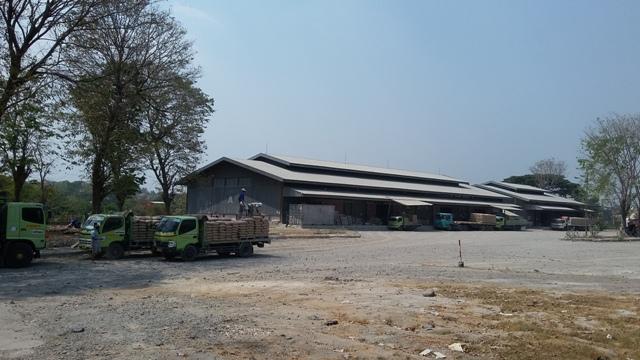 Sejumlah pekerja menata semen di sebuah truk tronton di kawasan Pedaringan Solo, Kamis (17/9/2015). (Abdul Jalil/JIBI/Solopos)