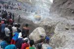 Sejumlah warga menyaksikan proses evakuasi penambang pasir yang tewas ketiban bongkahan batu berdiameter 2,5 meter di Kawasan Rawan Bencana (KRB) III di Balerante, Kemalang, Sabtu (5/9/2015) sore. Korban tewas dalam kejadian tersebut, yakni Mrajak, 35, Kadipolo RT 014/RW 004, Keputran, Kemalang. (Ponco Suseno/JIBI/Solopos)