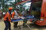 Sejumlah sukarelawan dan petugas medis membawa seorang warga yang menjadi korban longsor untuk mendapatkan perawatan dalam Gladi Longsor Desa Tangguh Bencana di Dusun Plampang I, Desa Kalirejo, Kokap, Senin (21/9/2015). (Holy Kartika N.S/JIBI/Harian Jogja)
