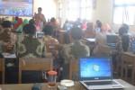 Pembicara dari Pusat Teknologi Komputer, Kemendikbud Jakarta, Jaka (berdiri), memberikan materi soal inovasi pembelajaran menggunakan media komputer kepada guru sekolah dasar (SD) se-Kecamatan Ngadirojo di aula Kantor Unit Pelaksana Teknis Dinas Pendidikan (UPT Disdik) Wonogiri, Kamis (10/9/2015). (Trianto Hery Suryono/JIBI/Solopos)