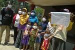 Warga Brubuh, Ngadirojo Lor, Ngadirojo, menggelar aksi tutup hidung di lokasi sekitar pos ronda setempat, Rabu (2/9/2015). Aksi itu  untuk memprotes adanya bau limbah yang menyengat dari pabrik tapioka. (Bayu Jatmiko Adi/JIBI/Solopos)