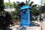 Pekerja menyelesaikan proyek renovasi toilet umum di Taman Purwonegaran, Jl. dr. Cipto Mangunkusumo, Solo, Rabu (7/10/2015). Renovasi toilet umum tersebut untuk melengkapi fasilitas di kawasan Ruang Terbuka Hijau (RTH) Kota Solo. (Ivanovich Aldino/JIBI/Solopos)