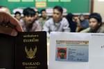 Pemeriksaan dokumen paspor dan Kitas mahasiswa WNA di Tulungagung, Rabu (21/10/2015). (JIBI/Solopos/Antara/Destyan Sujarwoko)