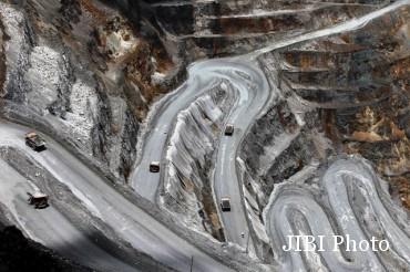 Sejumlah haul truck dioperasikan di area tambang terbuka PT Freeport Indonesia di Timika, Papua, Sabtu (19/9/2015). PT Freeport Indonesia kini mendapat izin ekspor untuk Juli 2015 - Januari 2016 dengan kuota ekspor mencapai 775.000 ton konsentrat tembaga. Selain itu Freeport mendapat pengurangan bea keluar menjadi lima persen lantaran kemajuan pembangunan fasilitas pengolahan dan pemurnian mineral (smelter) di Gresik, Jawa Timur, yang sudah mencapai 11 persen. (JIBI/Solopos/Antara/Muhammad Adimaja)