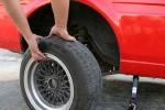 Ilustrasi mengganti ban mobil. (Wikihow.com)