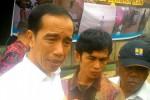 Presiden Jokowi didampingi Syarifuddin, pengelola rumah singgah, dan Menteri PUPR, di Rumah Singgah Seberang Ulu, Palembang, Jumat (30/10/2015) pagi. (Setkab.go.id)