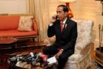 Presiden Jokowi menelepon Menko Polhukam sebelum menyampaikan keterangan pers di Blair House, Washington DC, AS, Senin (26/10/2015) waktu setempat. (Setkab.go.id)