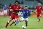 Pemain Italia Sebastian Giovinco (ka) duel lawan pemain Azerbaijan Badavi Huseynov. JIBI/Rtr/David M
