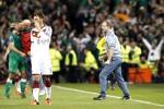Manager Repub Irlandia Martin O'Neill merayakan kemenangan timnya atas Jerman, sementara Mezut Oziel terlihat berjalan ke luar lapangan. JIBI/Reuters/Phil Noble