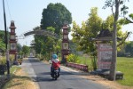 Pengendara sepeda motor melewati gapura masuk Desa Ngasinan, Kecamatan Bulu, Sukoharjo, Sabtu (17/10/2015). (Bony Eko Wicaksono/JIBI/Solopos)