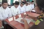 (Dari kiri ke kanan) Samsul Bakri, Taufik Ismail, Agus Renaldy, Adik Nur Cahyadi, Muhammad Mudhakir, dan Eko Ady Saputro, tersangka kasus pembunuhan terhadap warga Jetis, Blagung, Simo, Edi Susanto, 18, menjalani pelimpahan tahap dua di Ruang Pidana Umum Kejari Boyolali, Rabu (11/11/2015). (Hijriyah Al Wakhidah/JIBI/Solopos)