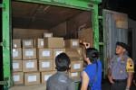 Polisi dan petugas KPU mengecek surat suara yang telah tiba di KPU Boyolali, Senin (21/11/30215). (Hijriyah Al Wakhidah/JIBI/Solopos)