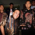 Anggota DPRD DKI Jakarta Fahmi Zulfikar (tengah) berjalan keluar ruangan seusai menjalani pemeriksaan di Bareskrim Mabes Polri, Jakarta, Selasa (24/11/2015). Fahmi Zulfikar diperiksa sebagai tersangka terkait dugaan korupsi pengadaan Uninterruptible Power Supply (UPS) dalam APBD DKI Jakarta 2014. (JIBI/Solopos/Antara/Reno Esnir)