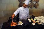 Executive Chef Hotel Santika Premiere Jogja Totok Siswantoko ketika memasak menu makanan Chicken Cheznut, Rabu (11/11/2015). (Harian Jogja/Kusnul Isti Qomah)