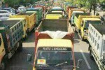 Ratusan truk memadati kompleks Alun-alun Ngawi, Jawa Timur, Senin (16/11/2015). Ratusan truk tersebut adalah milik para pengusaha galian C yang sedang berdemonstrasi menuntut pencabutan SK Pj Bupati Ngawi terkait penutupan seluruh lahan galian yang belum mengantongi izin dari Pemprov Jatim. (Facebook-Riyadi Rgbkomputer)