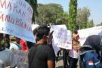 Demonstrasi pelaku pertambangan ilegal di Alun-Alun Ngawi, Senin (16/11/2015). (Facebook-Satlantas Polres Ngawi)
