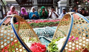 Menteri Sosial Khofifah Indar Parawansa (tengah) berdoa di makam K.H. Abdurrahman Wahid alias Gus Dur, Ponpes Tebuireng, Jombang, Sabtu (7/11/2015). (JIBI/Solopos/Antara/Syaiful Arif)