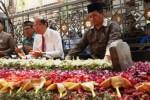 Menteri Koordinator Maritim dan Sumber Daya Rizal Ramli (kedua dari kanan) memanjatkan doa di makam Presiden ke-4 K.H. Abdurrahman Wahid alias Gus Dur di kompleks Pondok Pesantren Tebuireng, Jombang, Minggu (8/11/2015). (JIBI/Solopos/Antara/Syaiful Arif)