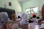Guru honorer mengajar di MI Bandung III Jombang, Selasa (24/11/2015). (BOS). (JIBI/Solopos/Antara/Syaiful Arif)