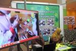Siswa SDN Pusmalang, Cangkringan saat menjelaskan hasil percobaannya energi dari bahan buah-buahan yang mampu menghidupan lampu led dalam acara ICT for Education Festival di Taman Pintar Kota Jogja, Kamis (26/11/2015). (Harian Jogja/Joko Nugroho)