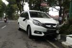 Mobil Honda Mobilio AD 8746 WU rusak berat setelah mengalami kecelakaan tunggal di Jl. Pandanaran, Boyolali, Selasa (10/11/2015). (Muhammad Ismail/JIBI/Solopos)