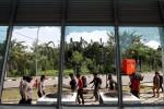 Sejumlah Polisi Wanita (Polwan) dan peserta Kongres Himpunan Mahasiswa Islam (HMI) berjalan dengan latar depan jendela yang hancur di Gedung Olahraga Gelanggang Remaja yang dijadikan lokasi Munas HMI XXIX di Pekanbaru, Riau, Senin (23/11/2015). Berbagai fasilitas gedung tersebut seperti jendela, lampu dan kursi hancur dirusak massa HMI karena kecewa terhadap sikap panitia Munas yang dianggap menelantarkan mereka. (JIBI/Solopos/Antara/Rony Muharrman)