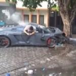 Lamborghini yang menewaskan satu pembeli susu di Surabaya, Minggu (29/11/2015). (Facebook.com)