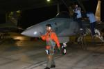 Penerbang mengecek kodisi pesawat tempur T-50i Golden Eagle dariSkadron Udara 15 Lanud Iswahjudi sebelum melaksanakan latihan terbangmalam, Selasa (24/11/2015). (JIBI/Madiunpos.com/Istimewa-Penerangan Lanud Iswahjudi)