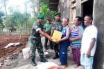 Mbah Sugeng saat menerima bantuan dari Anggota Kodim 0730/GK, Kamis (12/11/2015). (Harian Jogja/David Kurniawan)