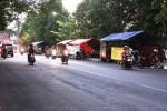Deretan lapak pedagang kaki lima berjajar di trotoar jalan di seputaran Alun-alun Wonosari. (Harian Jogja-David Kurniawan)