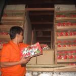 Komisioner Panwaslu Wonogiri Divisi Penegakan Pelanggaran, Sriyanto Budi Santoso (kiri) menunjukkan paket sembako yang diangkut truk boks dan mobil avanza yang diamankan di Kantor Panwaslu Wonogiri, Sabtu (28/11/2015). (Trianto HS/JIBI/Solopos)