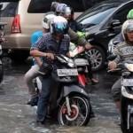 Sepeda motor terjang banjir. (Liputan6.com)