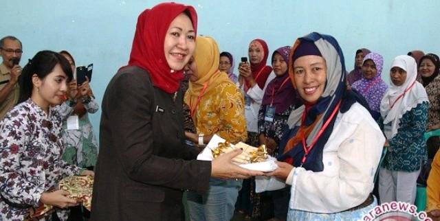 Wakil Wali Kota Kediri Lilik Muhibbah memberikan alat untuk membatik pada salah seorang peserta pelatihan, Senin (9/11/2015). (JIBI/Solopos/Antara/Asmaul Chusna)