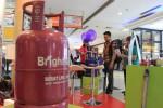 Warga mengunjungi stan Bright Gas Banjir Hadiah yang digelar PT Pertamina Region IV Jateng di Solo Grand Mall (SGM), Selasa (24/11/2015). Pertamina terus menggelar penjualan bright gas untuk mengurangi konsumsi gas bersubsidi. (Shoqib Angriawan/JIBI/Solopos)