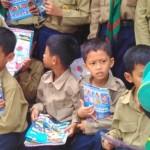 Beberapa siswa SD Muhammadiyah Menguri di Desa Hargotirto, Kecamatan Kokap, Kulonprogo bersiap melakukan foto bersama usai mengikuti deklarasi hari dongeng nasional di sekolahnya, Sabtu (28/11/2015). (JIBI/Harian Jogja/Rima Sekarani I.N)
