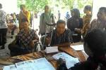 Para penyandang disabilitas melakukan pendaftaran layanan kesehatan khusus terpadu yang diselenggarakan di kantor Kecamatan Sentolo, Sabtu (21/11/2015). (Harian Jogja-Holy Kartika N.S)