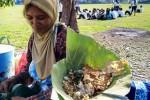Nasi pecel Madiun pincuk gofong jati di Lapangan Mojorejo, Kecamatan Taman, Kota Madiun, Jumat (20/11/2015). (Facebook-Mas Mantri Hadi)