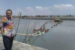 Anggota Komisi B DPRD DIY saat meninjau pengerjaan pengerukan kolam Pelabuhan Tanjung Adikarto di Desa Karangwuni, Wates, Senin (16/11/2015). (Harian Jogja/Holy Kartika N.S)