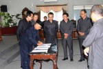 Ketua DPRD Gunungkidul Suharno saat membukukan tanda tangan dalam dokumen pengesahan APBD 2016 di Ruang Rapat Paripurna DPRD, Rabu (25/11/2015). (JIBI/Harian Jogja/David Kurniawan)